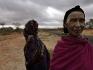 Donne Borana percorrono la lunga strada asfaltata che congiunge Addis Abeba con Nairobi per andare a vendere latte e altri prodotti nelle cittadine più grandi della regione.